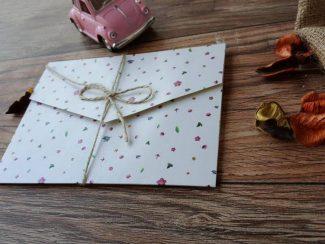 Davetiye, minik çiçekli beyaz zarflı model.